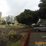 Detalle acceso al barranco frente al campo de fútbol del barrio de La Alegría