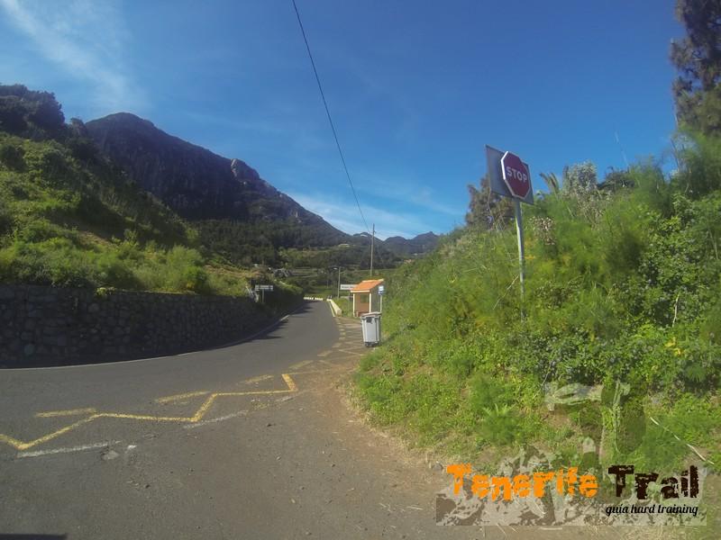 Carretera de frente y la primera pista a tu izquierda