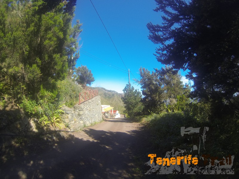 Detalle escaleras a tu izquierda ascenso a la plaza de Roque Negro