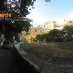 Acceso al barranco al fondo (verás una pequeña ermita de la Virgen de la Candelaria)