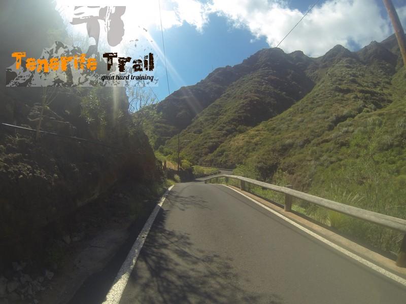 Llegada a la carretera y destino Santa Cruz (hacia tu izquierda)